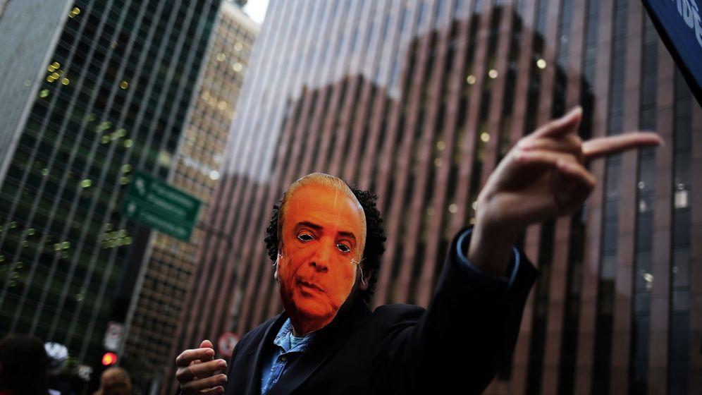 Foto: Un estudiante porta una careta de Michel Temer durante una manifestación en Sao Paulo (Brasil). (Reuters/Nacho Doce)