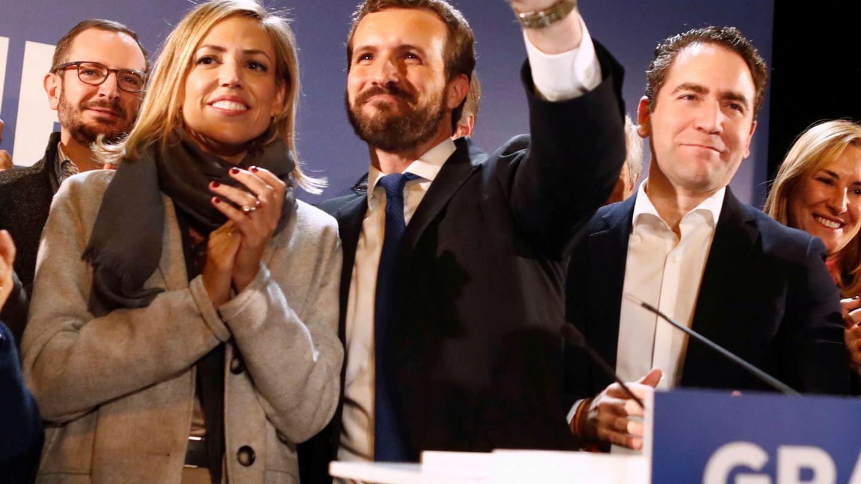 Pablo Casado, junto a su pareja, Isabel Torres, tras comparecer ante los medios. (Reuters)