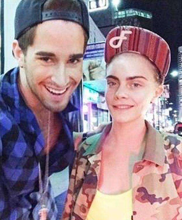 Foto: Cara Delevingne junto a un fan a las puertas del club de 'streptease' (Instagram)