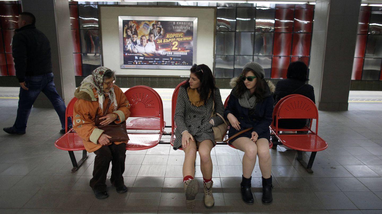 Dos jóvenes charlan con una mujer en el metro de Sofía, en enero de 2014. (Reuters)