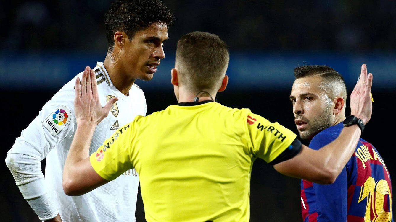 La charla de Sergio Ramos y Varane con el árbitro del Barcelona-Real Madrid