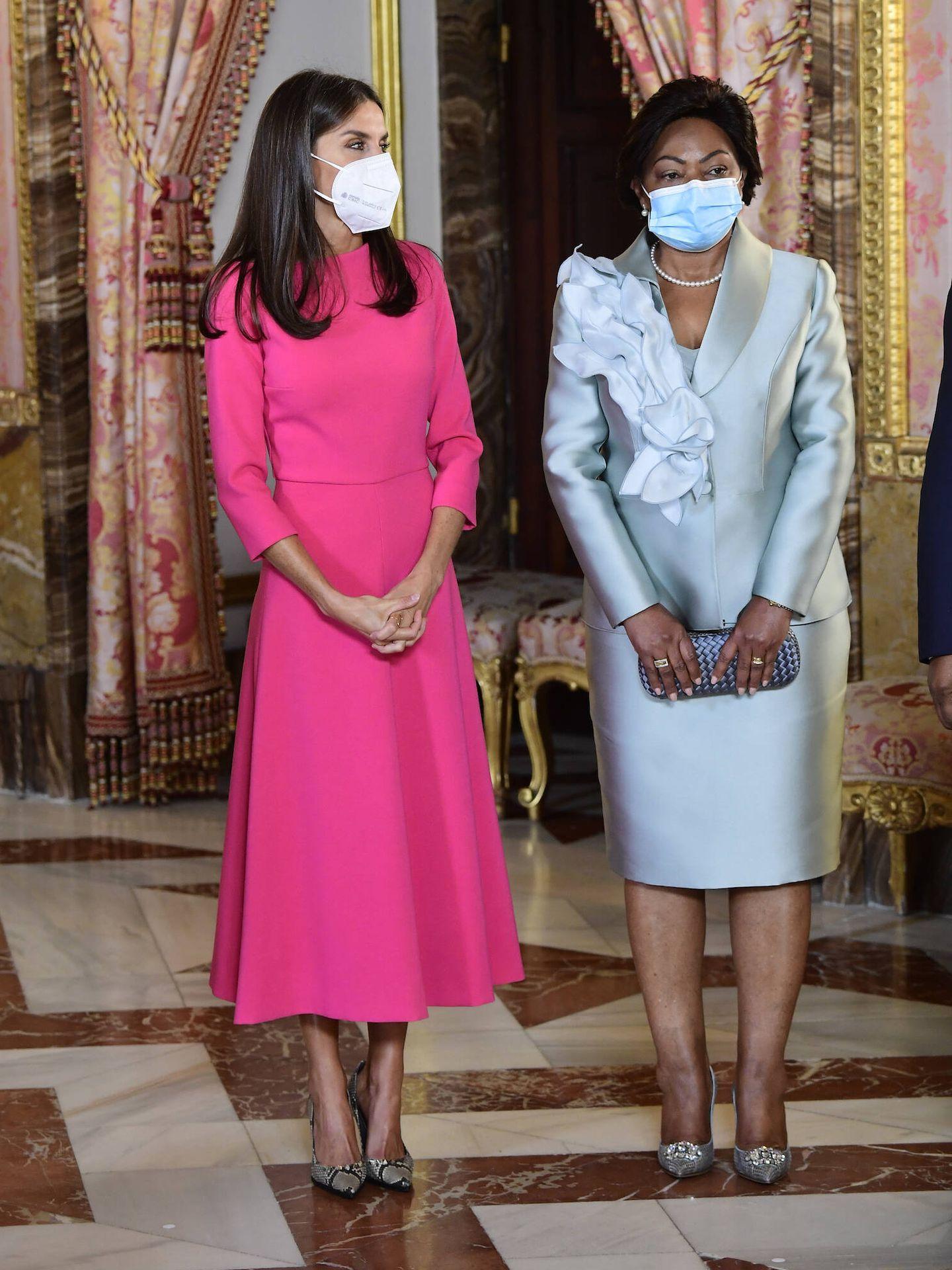 La Reina, con la primera dama de Angola. (LP)
