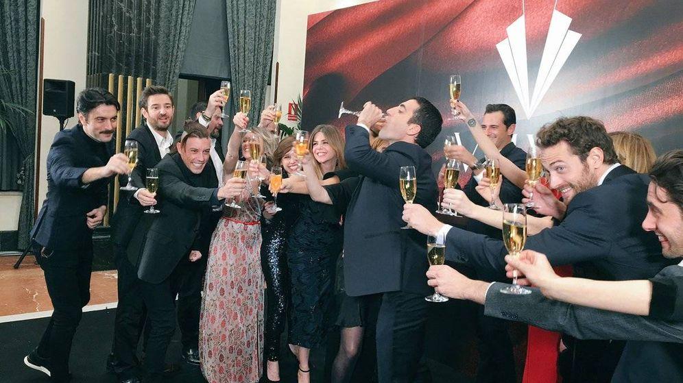 Foto: Los actores brindan con el final de 'Velvet'