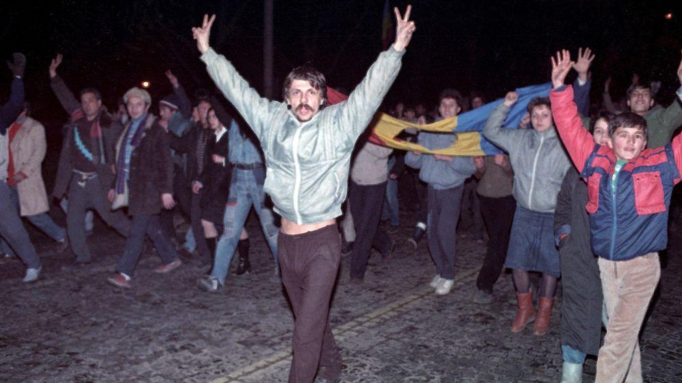 Foto: Varios manifestantes celebrando el fin de Nicola Ceausescu. (Reuters)