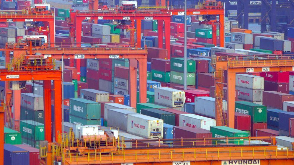 Foto: Fotografía de un puerto lleno de contenedores de mercancías. (EFE)