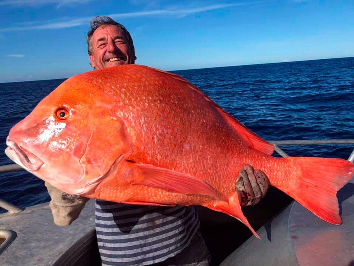 Foto: Ed Falconer con su ejemplar de emperador rojo de 22 kilos (Foto: Facebook)