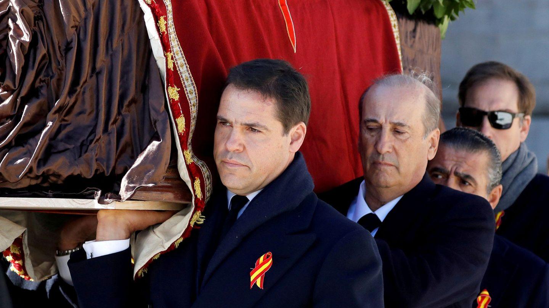 Luis Alfonso de Borbón porta el féretro del dictador al salir del Valle de los Caídos. (Reuters)