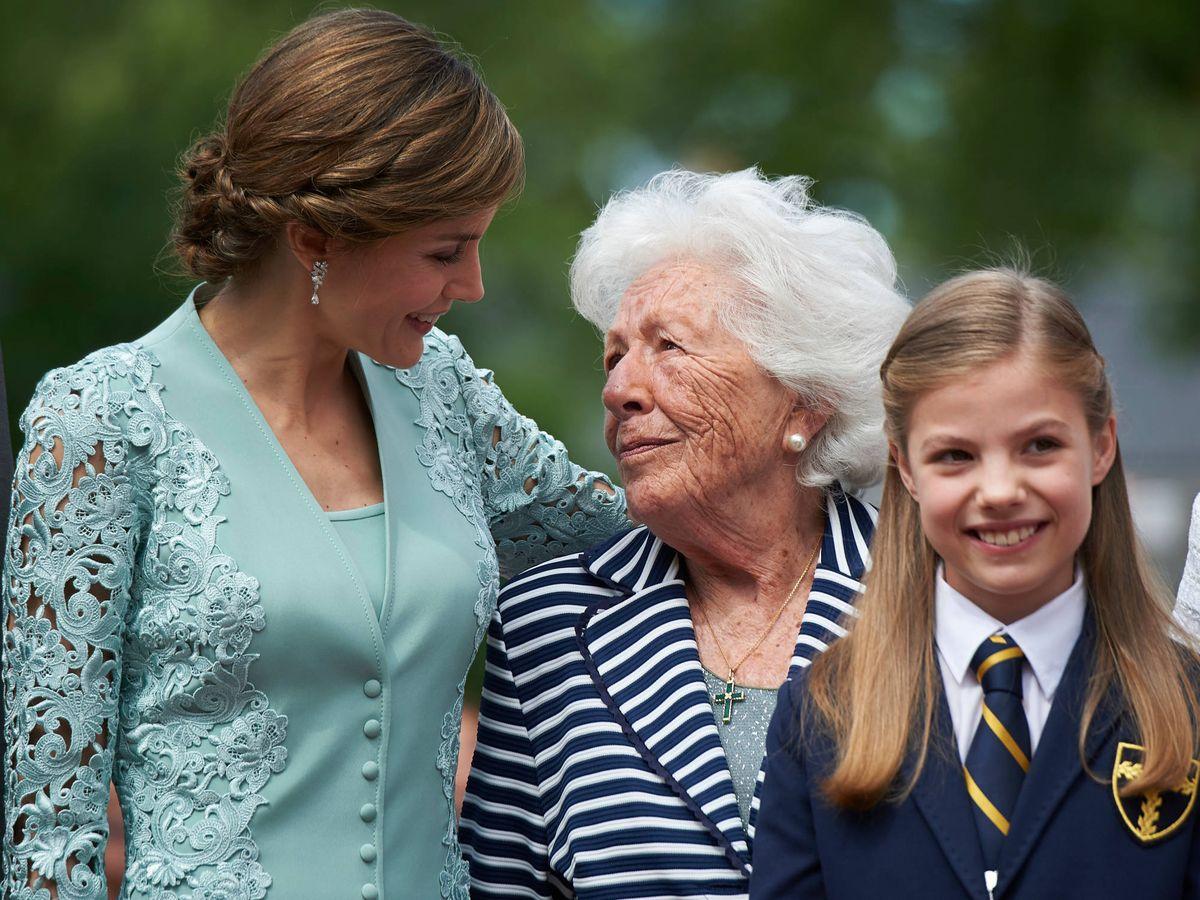 Foto: La Reina junto a su abuela, Menchu Álvarez, en la comunión de la infanta Sofía. (Limited Pictures)