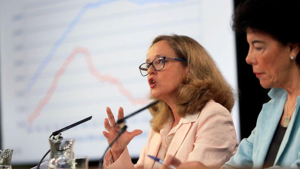 Foto: La ministra de Economía en funciones, Nadia Calviño, junto a la ministra portavoz, Isabel Celaá. (EFE)
