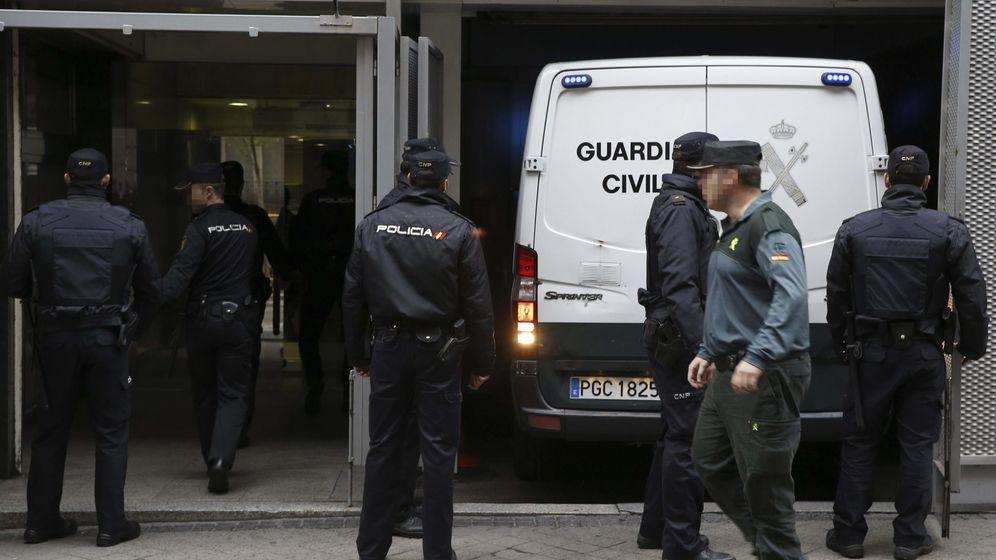 Foto: Llegada a la Audiencia Nacional de los furgones que trasladan a los once detenidos en la operación de los Mossos d'Esquadra contra una supuesta célula yihadista que planeaba atentar en Cataluña (EFE)