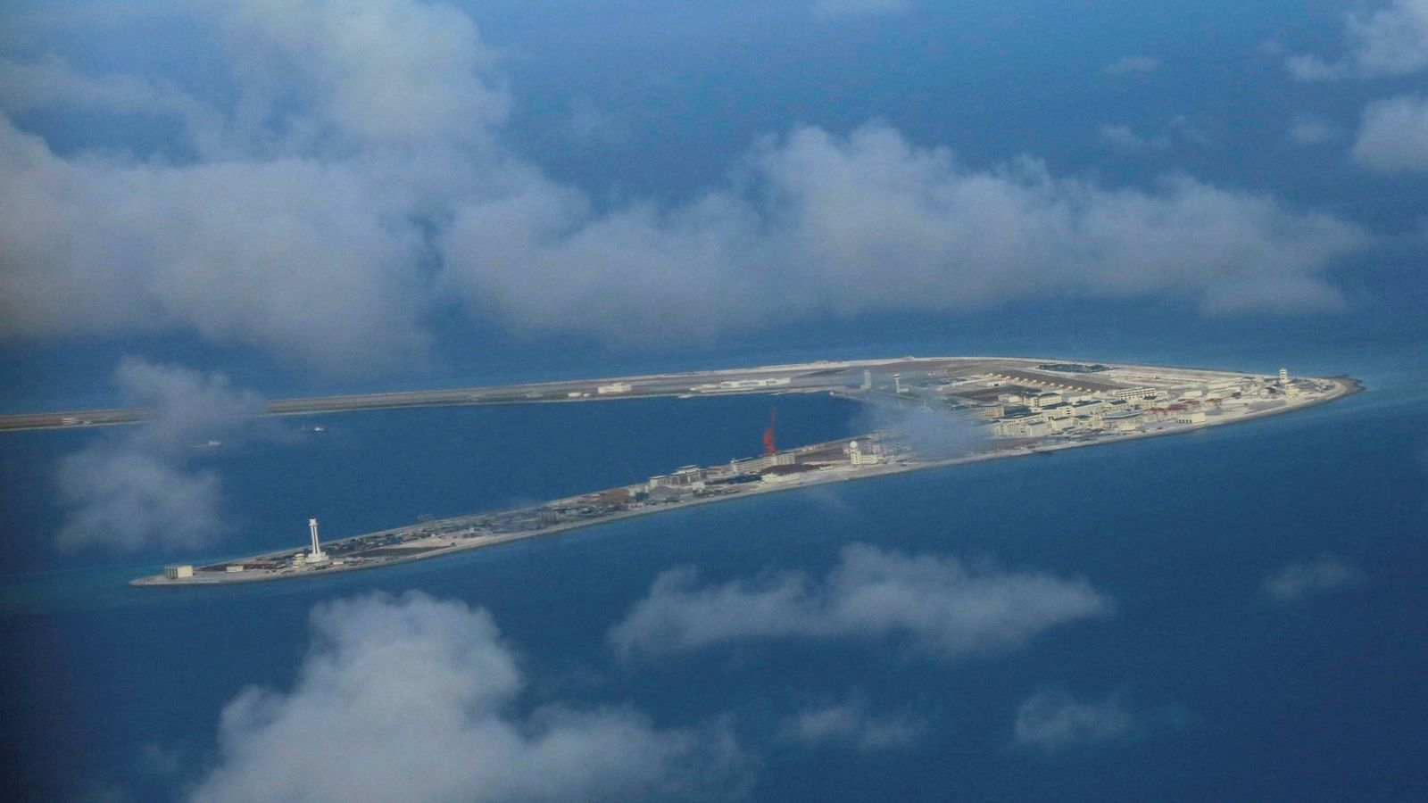 Foto: Vista aérea de un islote de las Spratly ocupado por China, en el Mar del Sur de China. (Reuters)