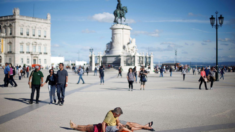 Un pareja de turistas en el centro de Lisboa. (Reuters)