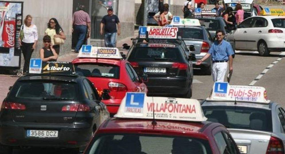 Foto: Varios coches de autoescuela, en Móstoles. (EFE)