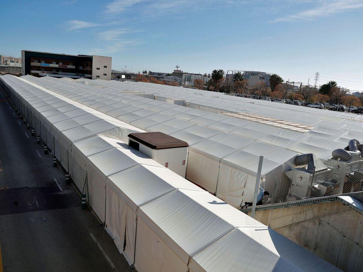 Foto: Hospitales de campaña, junto al Hospital La Fe de Valencia. (EFE)