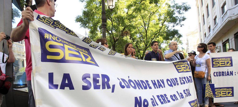 Foto: Protesta de los trabajadores de la Cadena SER por los despidos. (EFE)