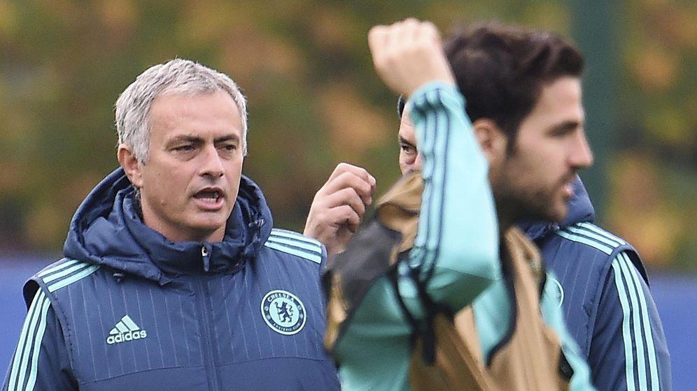 Foto: Mourinho, con Cesc en primer plano, en un entrenamiento del Chelsea (EFE).