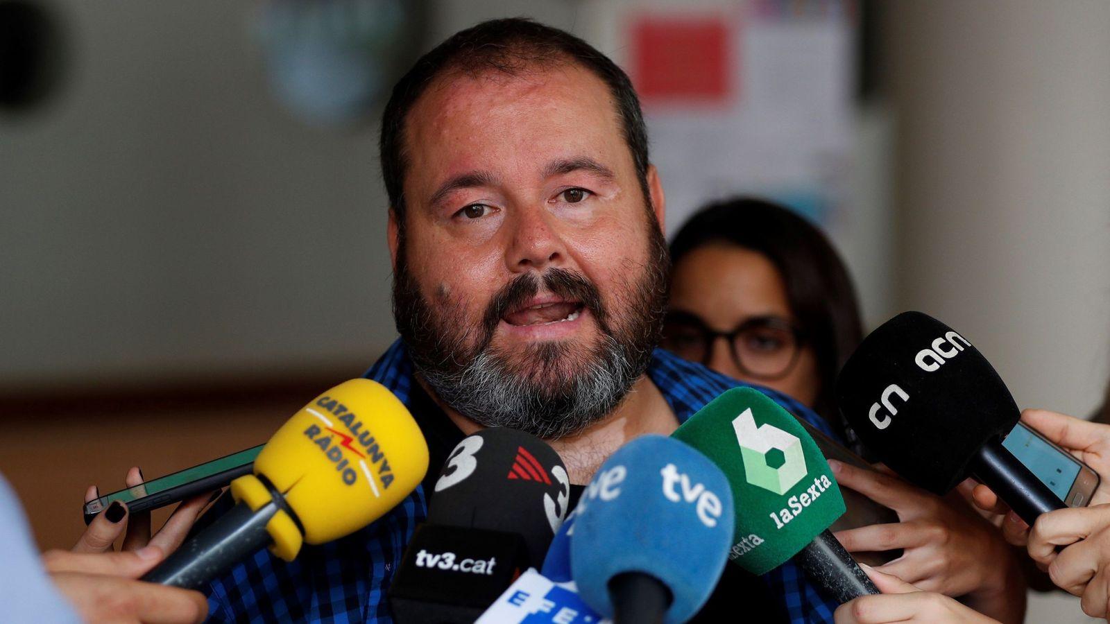 Foto: El portavoz de Catalunya en Comú, Joan Mena, atiende a los medios durante el Consell Nacional de su formación. (EFE)
