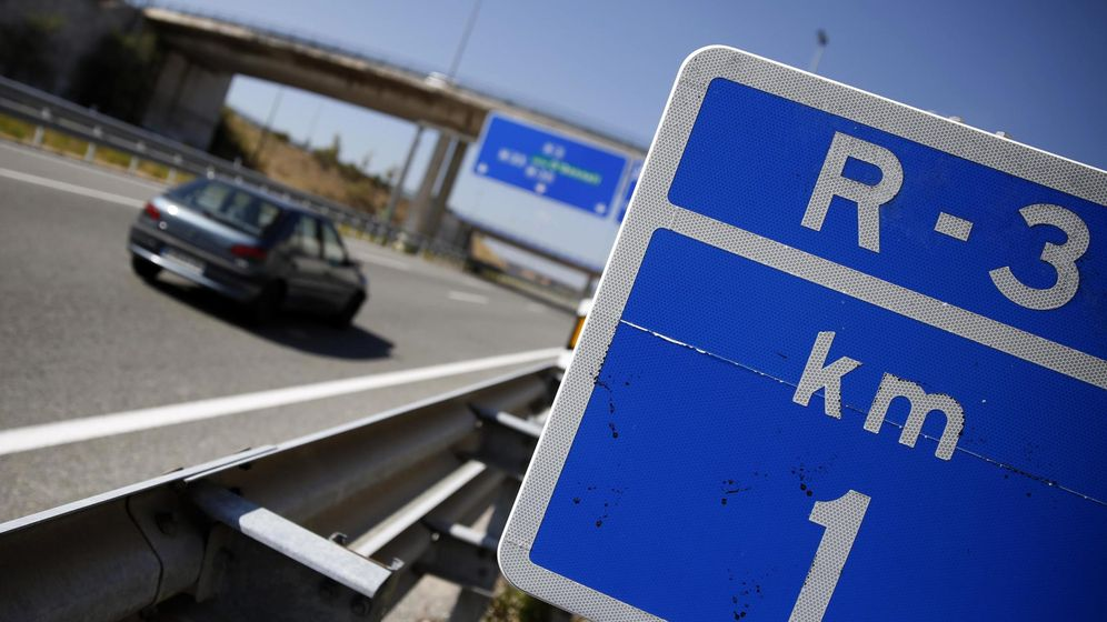 Foto: A car speeds past a road signal along an almost deserted Radial 3 (R3) toll motorway in Madrid