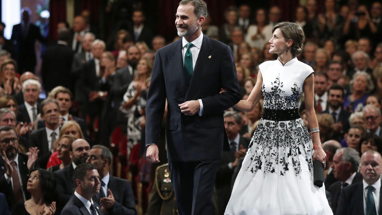 EL Rey y la Reina, con un look parecido al de Meghan Markle, en Oviedo en 2017. (EFE)