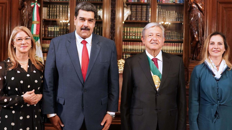 López Obrador y su esposa, Beatriz Muller, con Nicolás Maduro. (EFE)