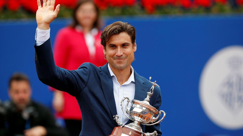 David Ferrer, en su despedida, recibe una réplica del trofeo Conde de Godó la temporada pasada. (EFE)