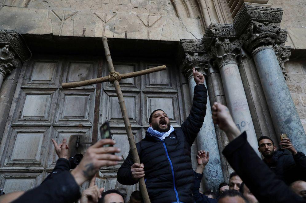 Foto: Un cristiano protesta con una cruz ante las puertas del Santo Sepulcro, en la Ciudad Vieja de Jerusalén. (Reuters)