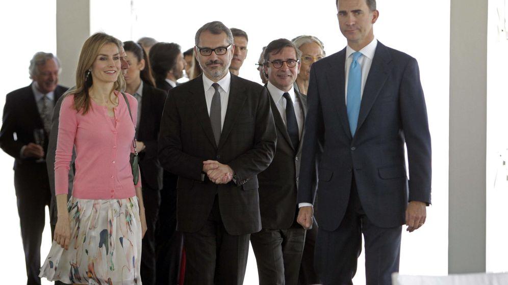 Foto: Marc Puig, izquierda, junto a Manuel Puig Rocha, derecha, y el rey Felipe en una imagen de archivo. (EFE)
