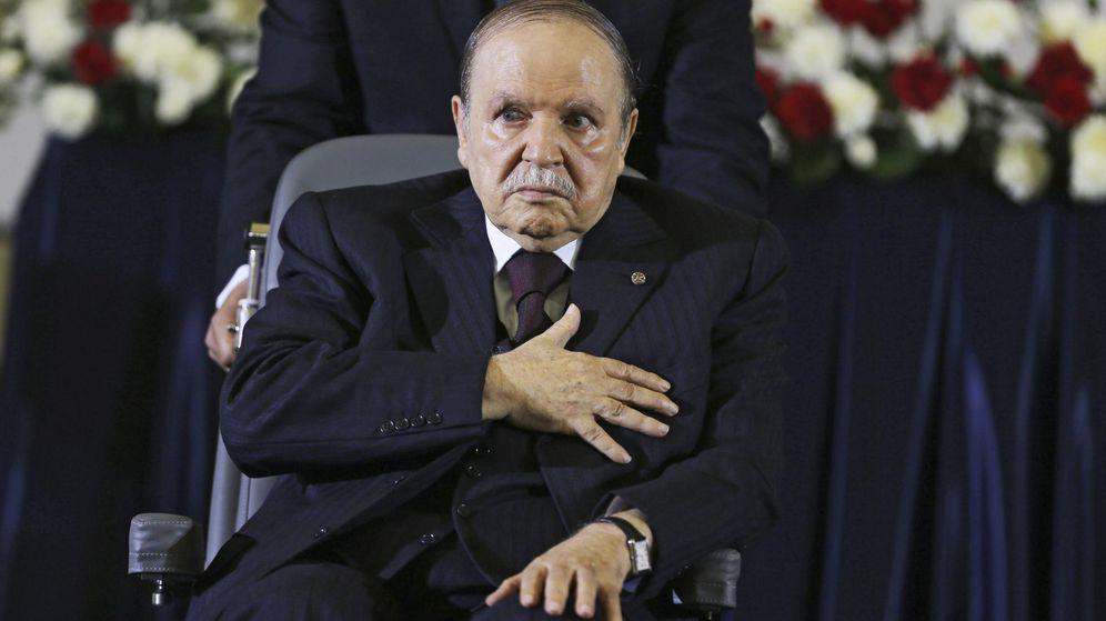 Foto: Abdelaziz Buteflika en el momento de jurar su cargo como jefe de Estado por cuarta vez, en abril de 2014. (EFE)