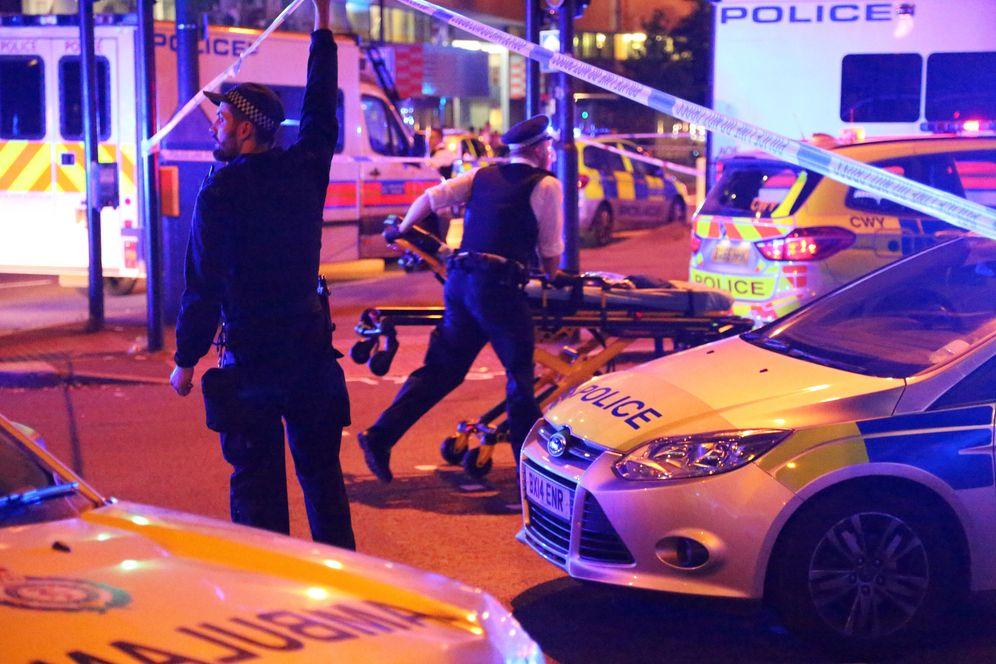 Foto: Agentes en el escenario del ataque cerca de la mezquita de Finsbury Park, en Londres, Reino Unido. (Reuters)
