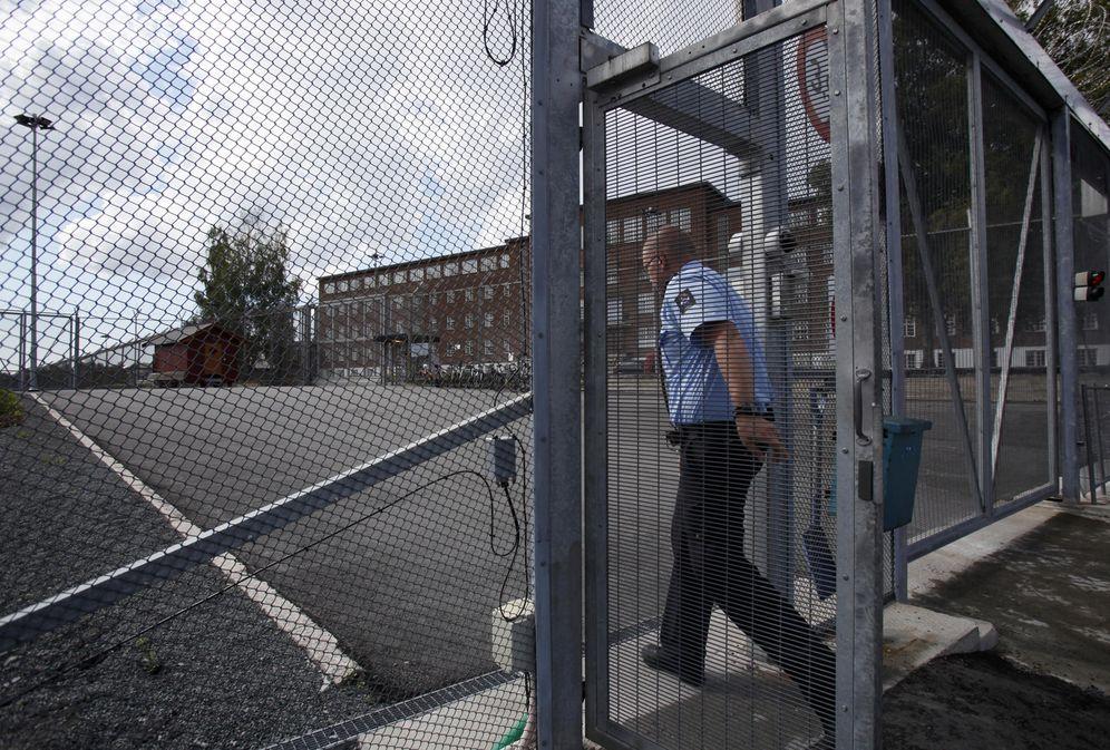Foto: Un agente de policía a las puertas de una prisión noruega cercana al pueblo de Eidsmarka, próximo a Oslo (Reuters).
