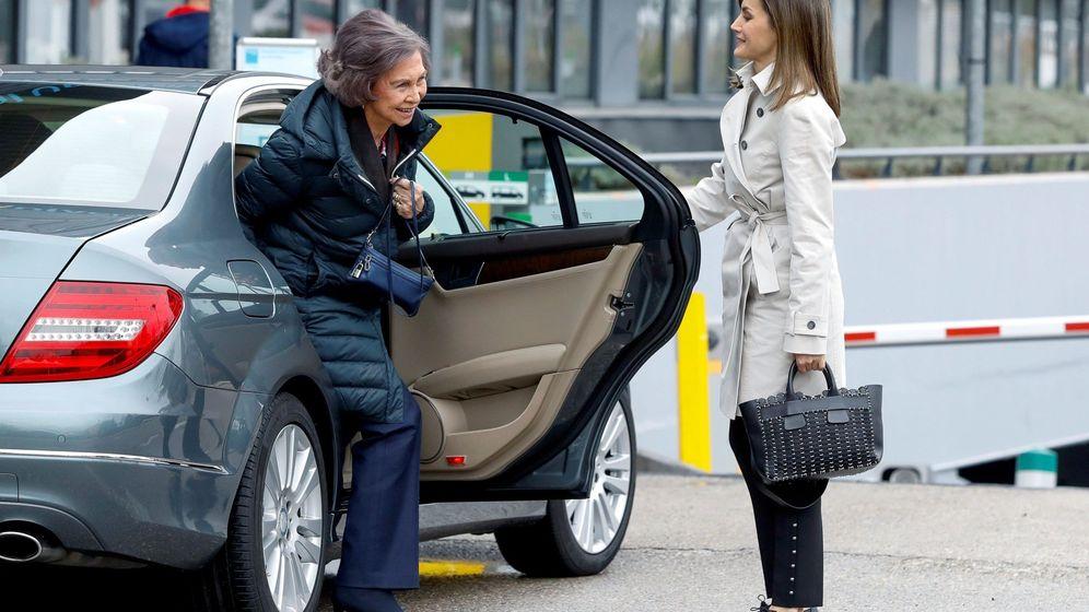 Foto: La reina Letizia, junto a la reina emérita Sofía, a su llegada para visitar al rey Juan Carlos. (EFE)