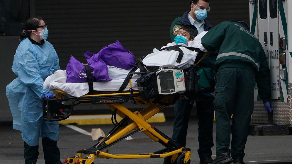 Foto: Un paciente es trasladado a un hospital de Manhattan en Nueva York. (Reuters)