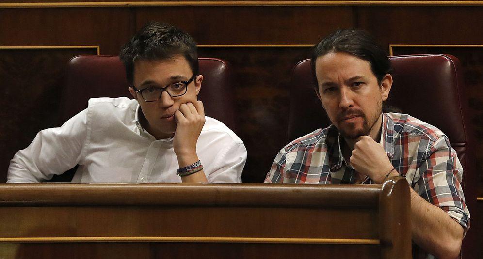 Foto: Pablo Iglesias e Íñigo Errejón, en la última sesión de control al Gobierno, el pasado 30 de noviembre en el Congreso. (EFE)