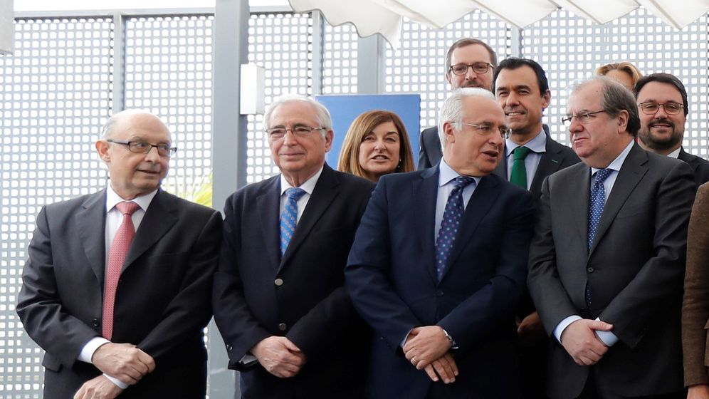 Foto: El ministro de Hacienda, Cristóbal Montoro (i), junto a varios de los barones populares durante el encuentro. (EFE)