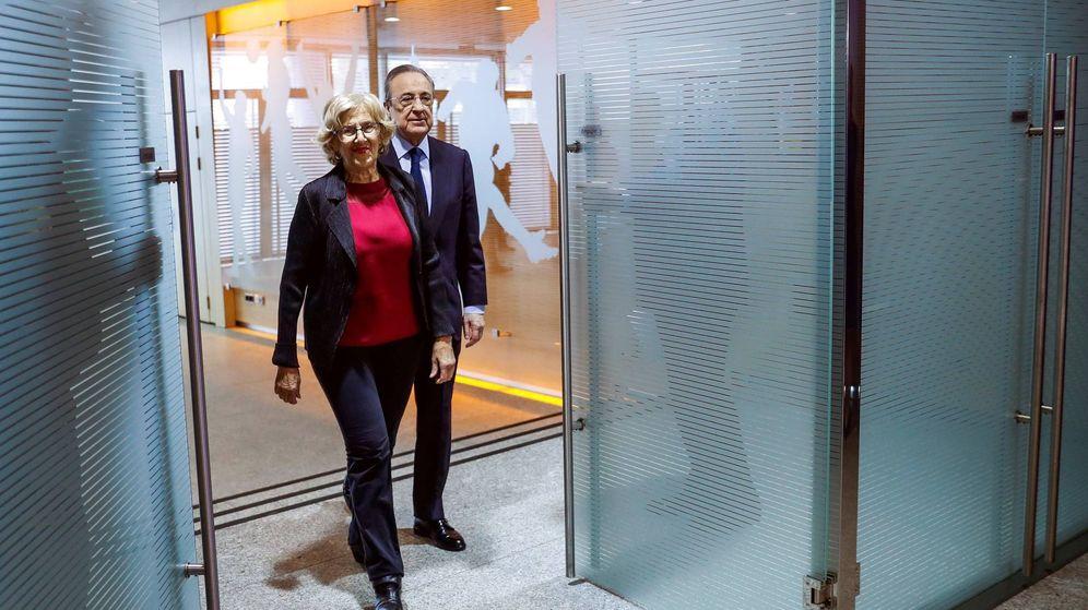 Foto: Manuela Carmena y Florentino Pérez, a su llegada a la presentación de la reforma del estadio Santiago Bernabéu. (EFE)