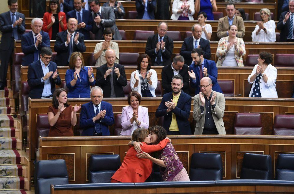 Foto: Dolores Delgado recibe el apoyo de la ministra de Hacienda, María Jesús Montero, con la bancada socialista aplaudiendo y en pie, este miércoles. (EFE)