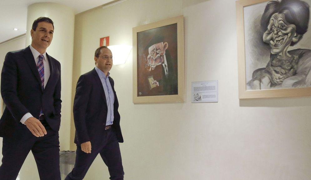 Foto: Pedro Sánchez se dirige con su número dos, César Luena, a la sala de prensa del Congreso tras la audiencia con el rey Felipe VI, este 28 de julio. (EFE)
