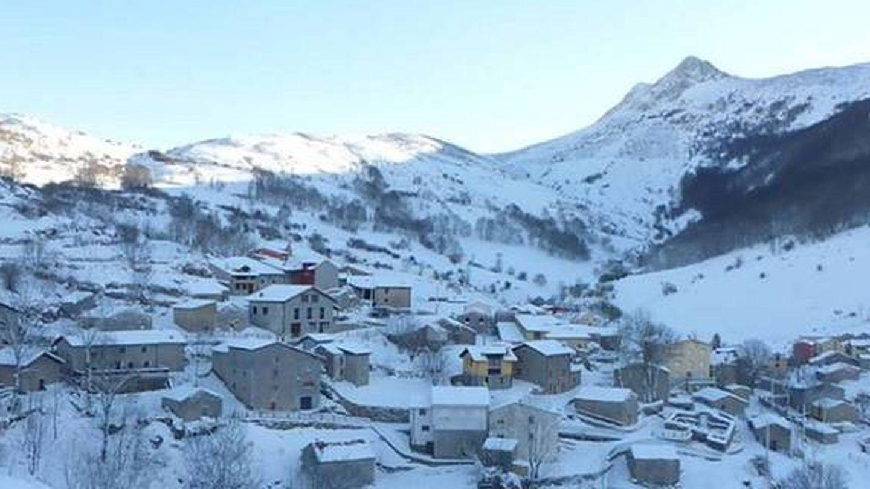 A la nieve también le gustan (y mucho) estos paisajes. En la imagen, Sotres. (Foto: Turismo de Asturias)