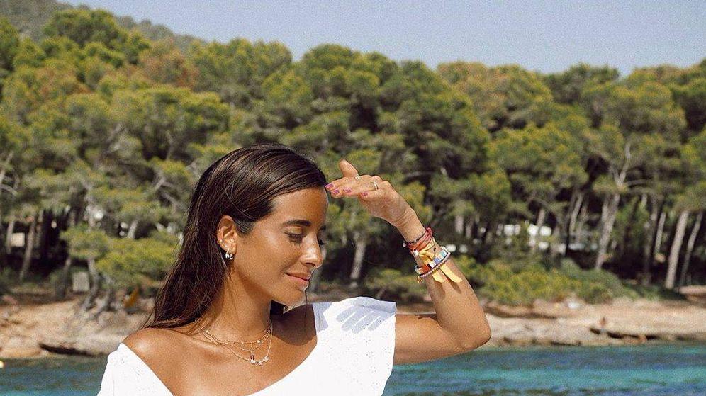 Foto: La influencer María Fernández-Rubíes con un bañador blanco con maxivolante. (Instagram)