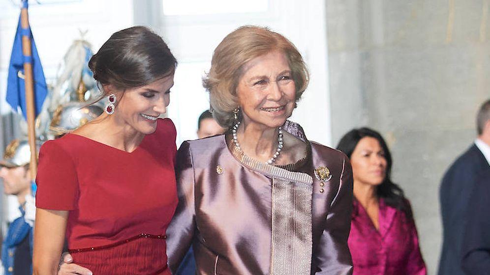 Foto: La reina Letizia y la Reina emérita caminan abrazadas en los Premios Princesa de Asturias 2019. (Limited Pictures)