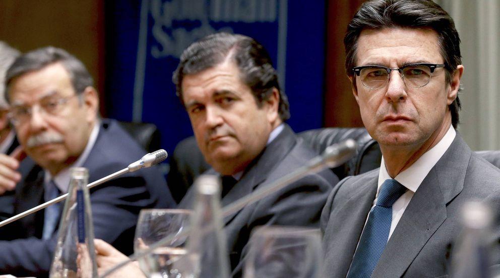 El ministro de Industria,José Manuel Soria (d), junto a Borja Prado (c). (EFE)