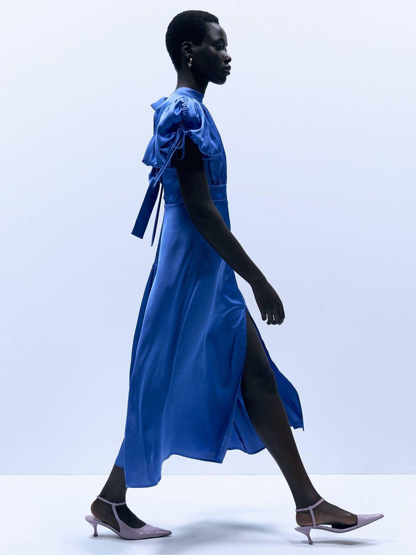 El vestido satinado de Sfera. (Cortesía)