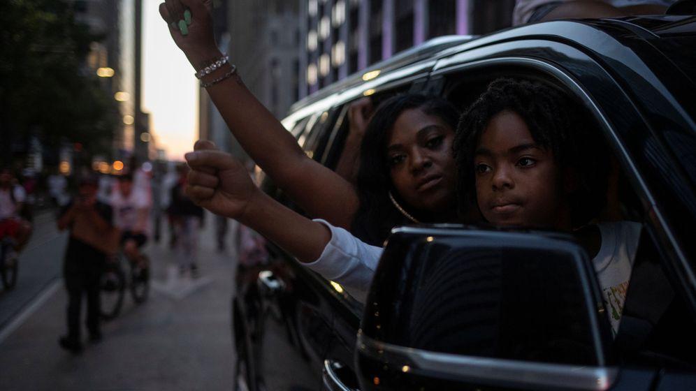 Foto: Dos manifestantes, en Brooklyn. (Reuters)