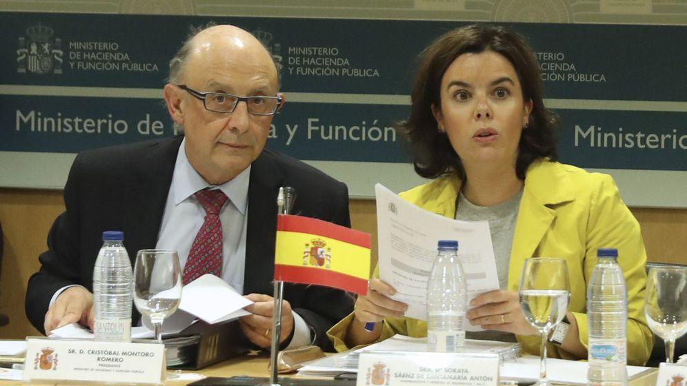 Foto: Montoro y Sáenz de Santamaría en la reunión del Consejo de Política Fiscal y Financiera de la semana pasada (Efe)