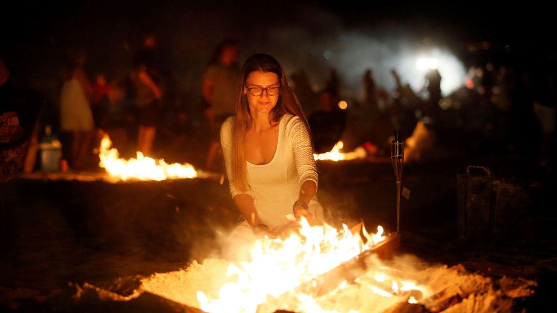 Foto: La Noche de San Juan en Alicante, el año pasado. (Manuel Lorenzo/ EFE)