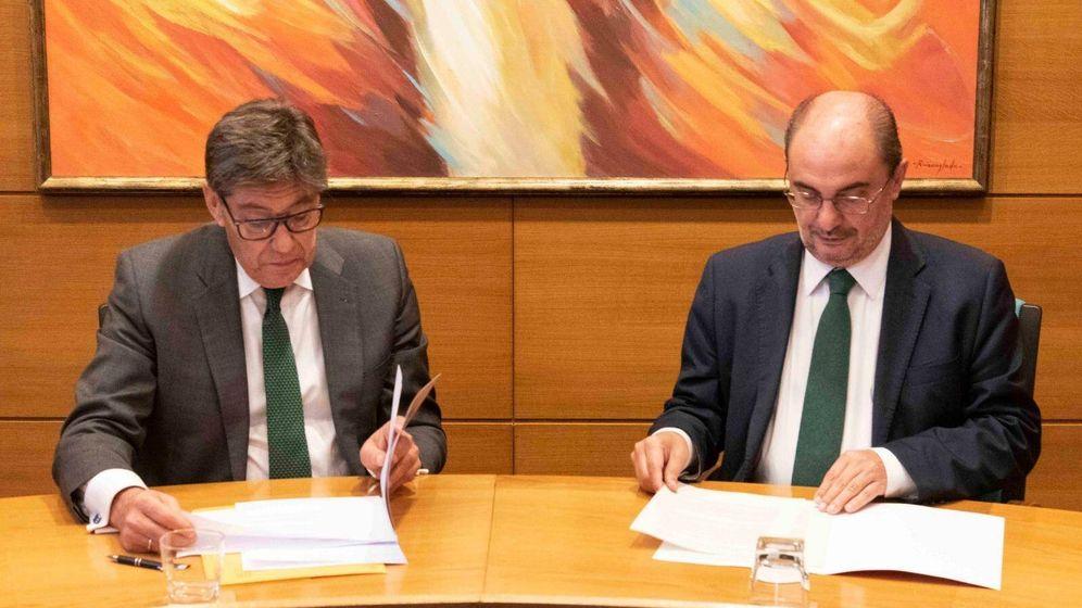 Foto: Acuerdo cerrado entre el secretario general del PSOE, Javier Lambán, y el presidente del PAR, Arturo Aliaga.