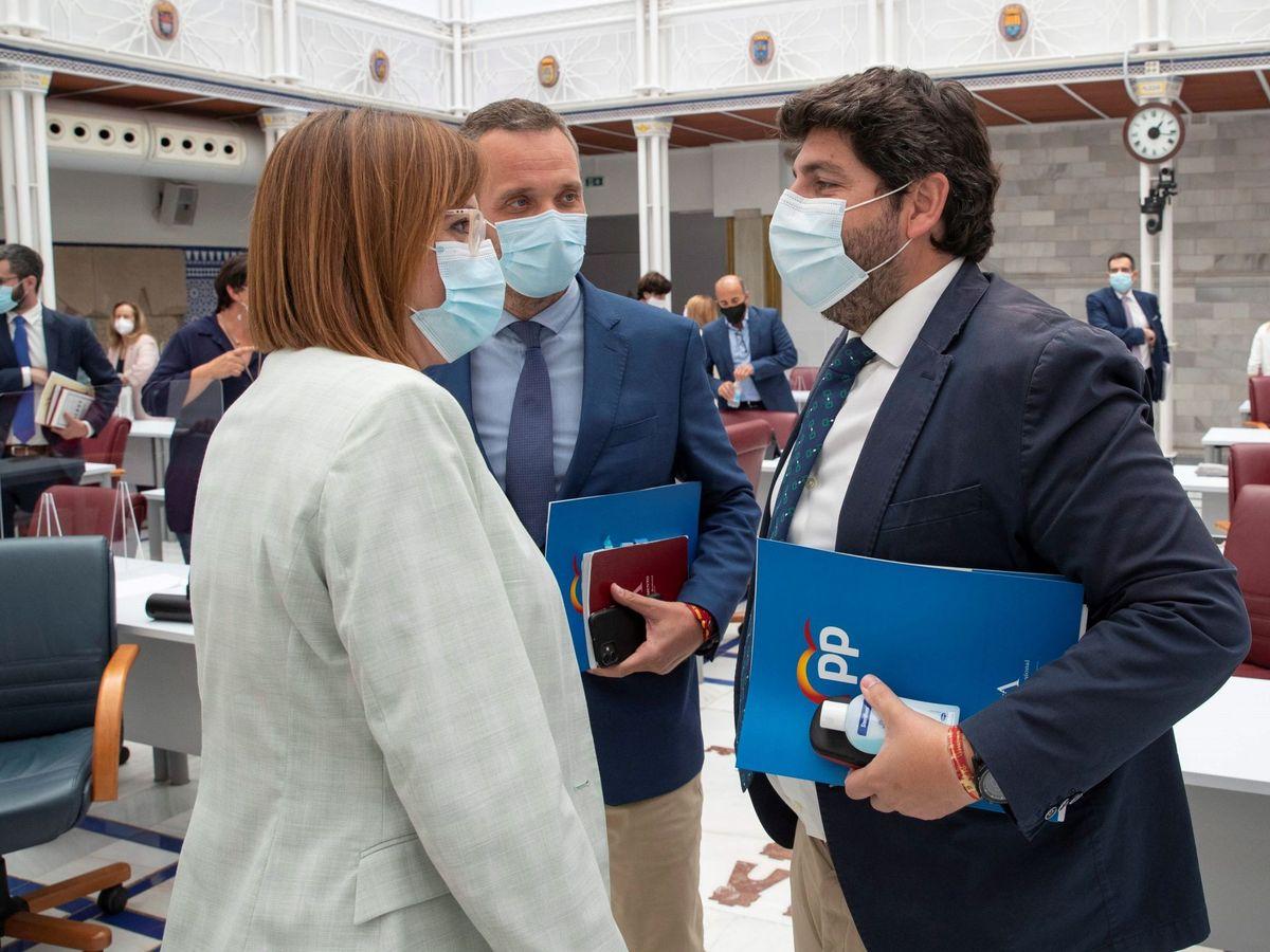 Foto: El presidente de la Comunidad de Murcia, Fernando López Miras (d), conversa con la vicepresidenta, Isabel Franco (i). (EFE)