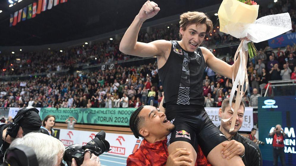 Foto: Mondo Duplantis, a hombros tas batir el récord del mundo en Torun (Polonia). (EFE)