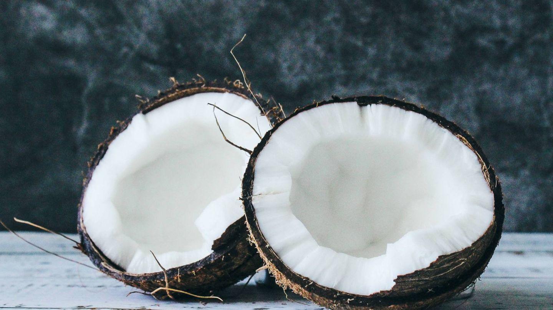 El agua de coco es muy hidratante. (Tijana Drndarski para Unsplash)