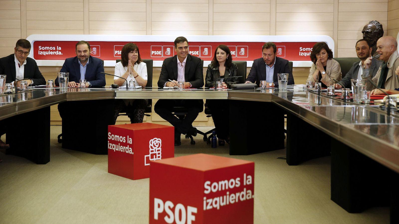 Foto: Pedro Sánchez, reunido con la comisión permanente de la ejecutiva federal del PSOE, este 2 de octubre en Ferraz. (EFE)